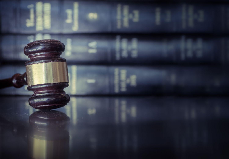 Ein Richterhammer liegt auf einem Tisch. 2018 kommt die Investmentsteuerreform