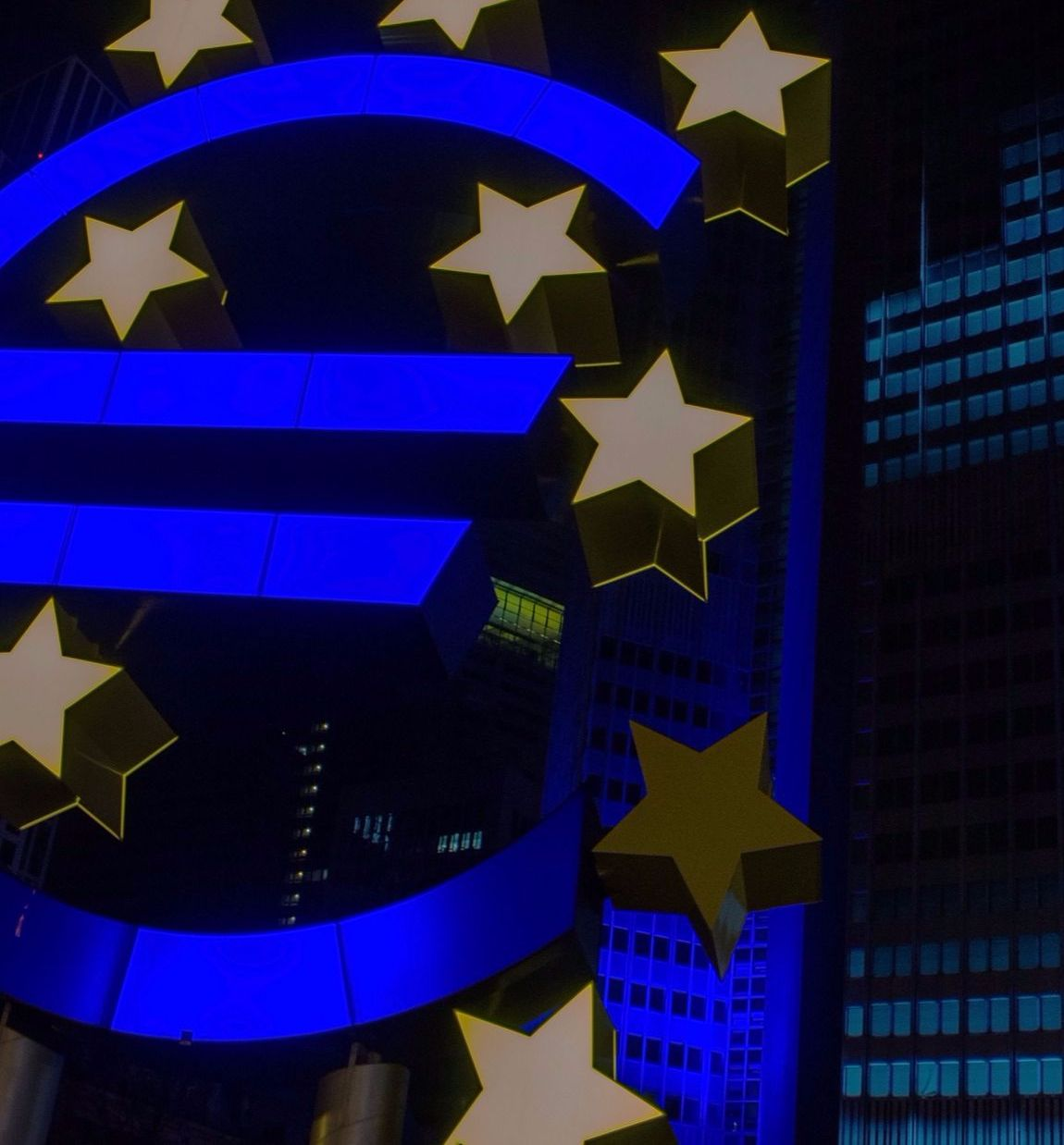 Detail eines Euro-Zeichens mit Sternen. Thema: Lohnt sich die Geldanlage