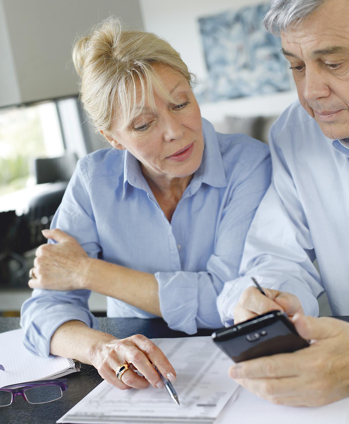 Eine Frau unterhält sich mit einem Mann. Thema: Immobilienkauf als Altersvorsorge