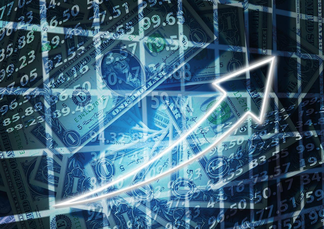 Pfeil nach oben, Dollarscheine und Zahlenreihen im Hintergrund