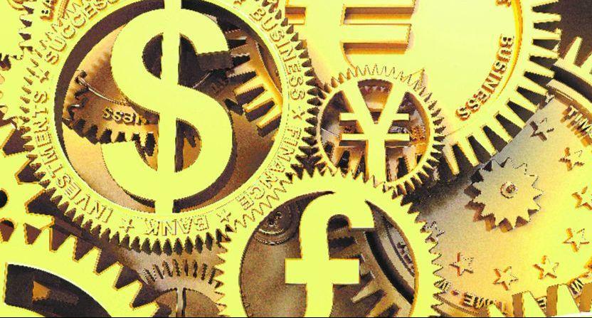 Goldene Zahnräder mit Währungszeichen in der Mitte greifen ineinander.