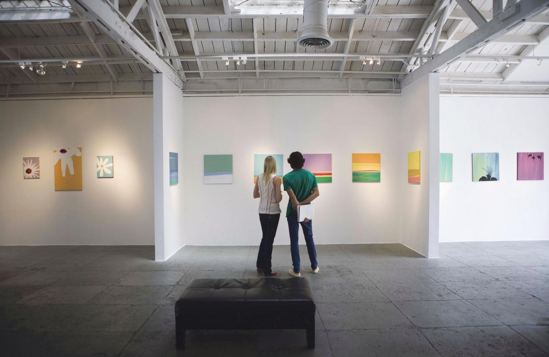 Zwei Besucher in einer Kunstausstellung.