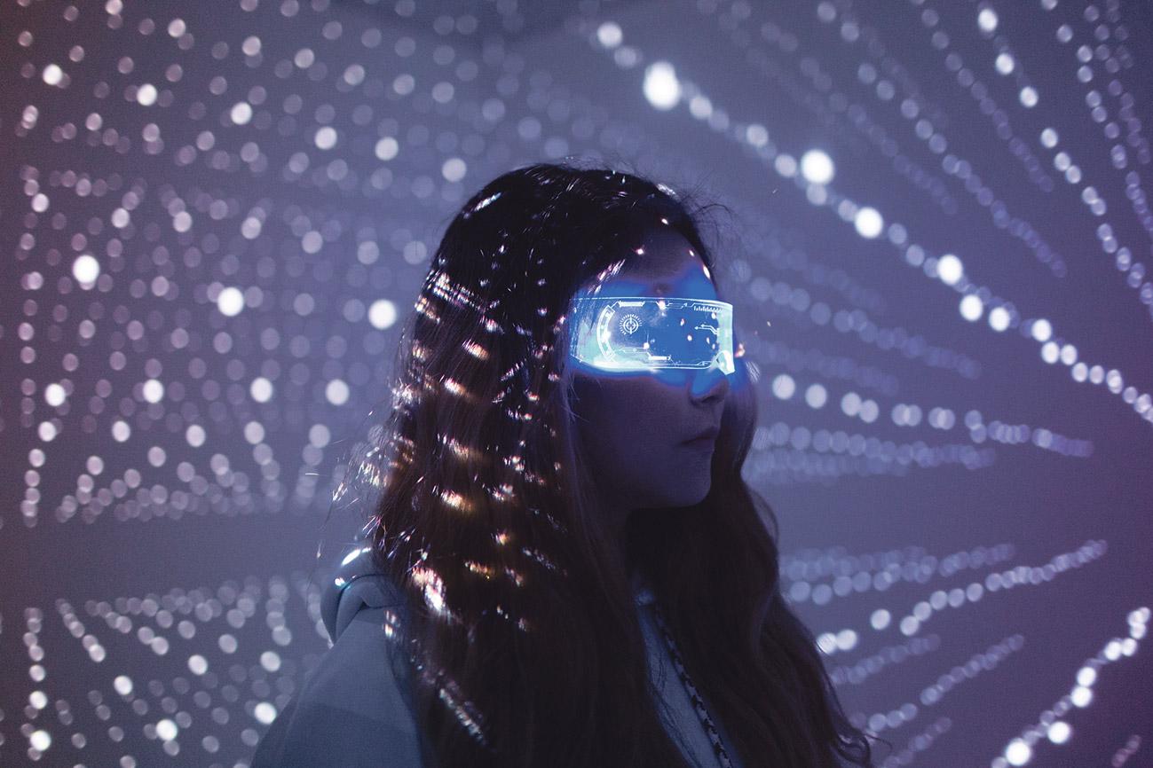 Eine junge Frau mit VR-Brille