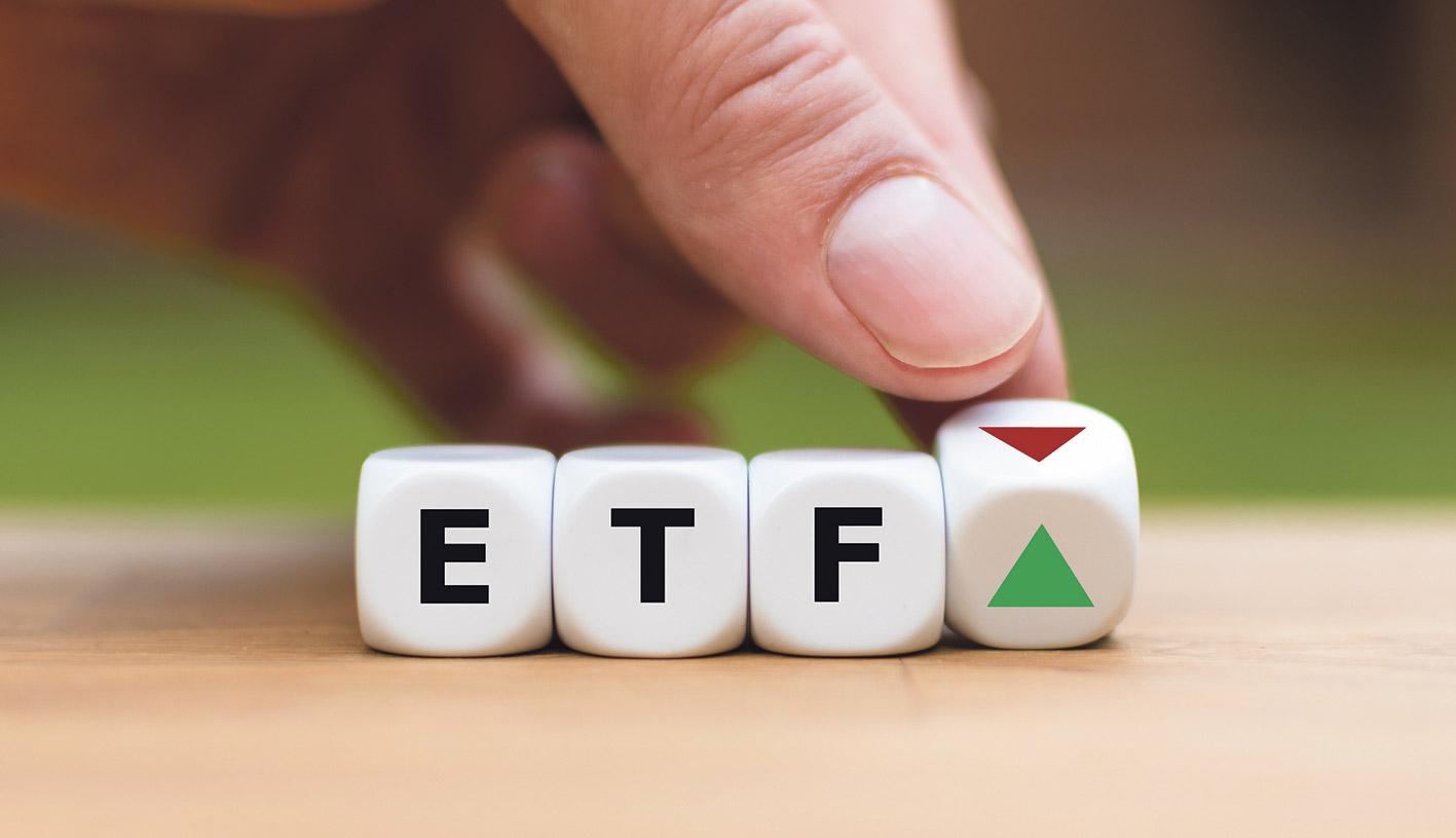 Würfel beschriftet mit ETF und einem Pfeil nach oben
