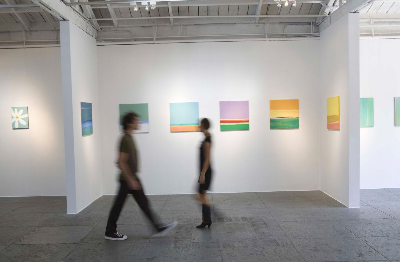Menschen in einer Kunstausstellung. Thema: Sachwertanlagen