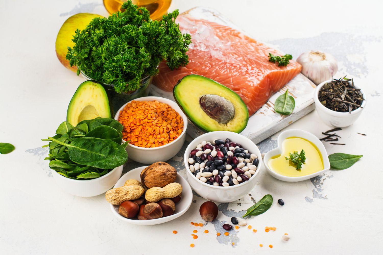 Lebensmittel aller Ernährungsgruppen auf einem Tisch. Symbolbild für Multi-Asset