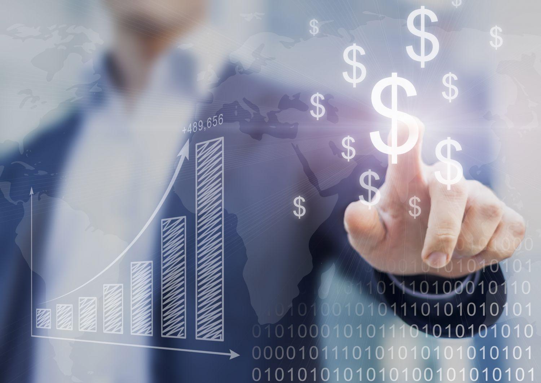 Detailaufnahme von Hand eines Managers, die auf Dollarzeichen zeigt.