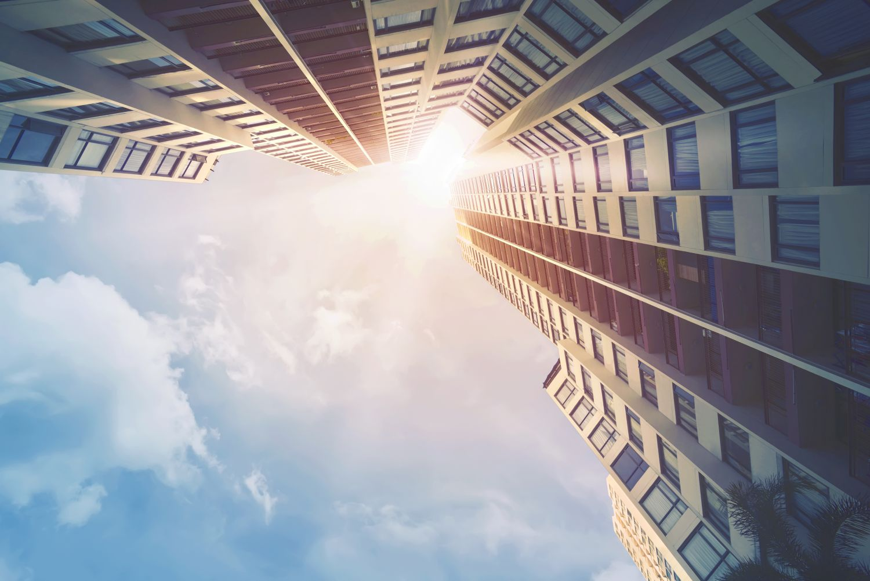 Immobilienmarkt: Blick nach oben entlang der Fassade eines modernen Gebäudes