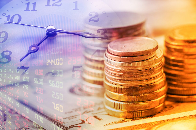 Uhr und Münzen; Thema: Zinserträge