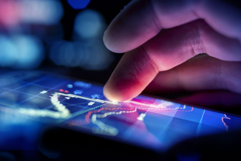 Jemand berührt mit dem Finger einen Touchscreen. Thema: Digitale Vermögensverwaltung