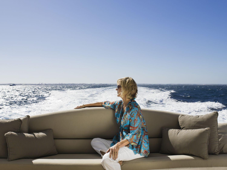 Eine wohlhabende Frau auf einer Yacht. Ihre Vermögensverwaltung überlässt sie einem Profi