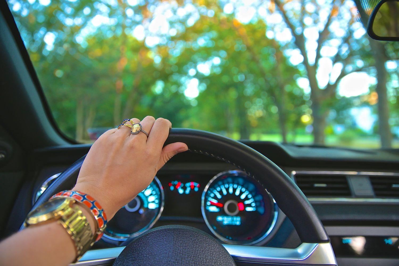 Jemand sitzt hinter dem Steuer eines Wagens. Thema: Bestbezahlte US-Manager