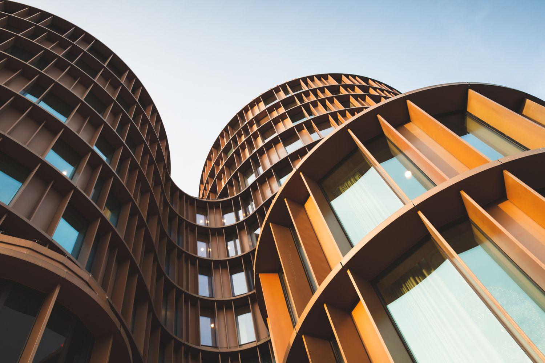 Eine moderne Hausfassade. Thema: In Immobilien investieren