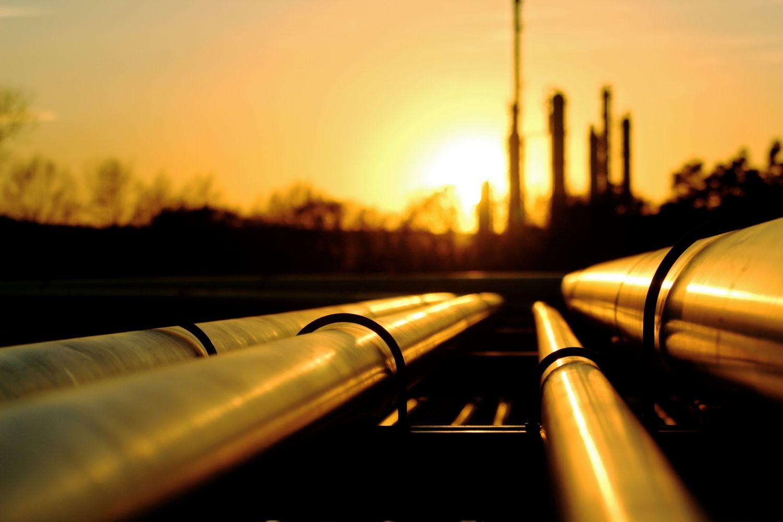 Pipelines laufen auf Kraftwerk im Hintergrund zu.