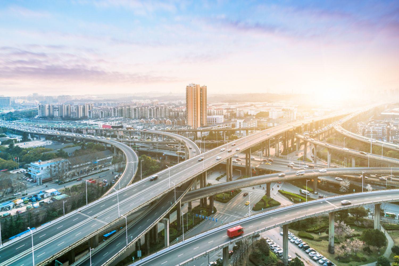 Straßen, die in eine Großstadt führen. Thema: Investitionen in Infrastruktur