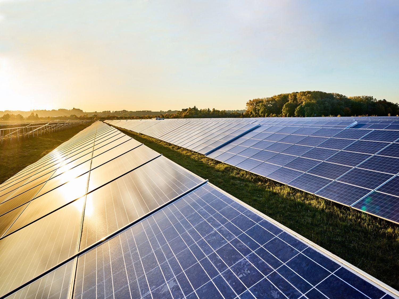 Sonnenschein fällt auf Photovoltaik-Anlagen
