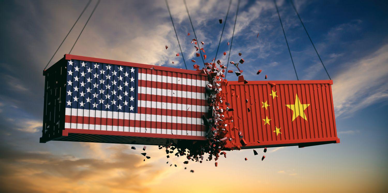 Ein Container mit amerikanischer Flagge und ein anderer mit chinesischer Flagge zerschmettern einander. Thema: Emerging Markets