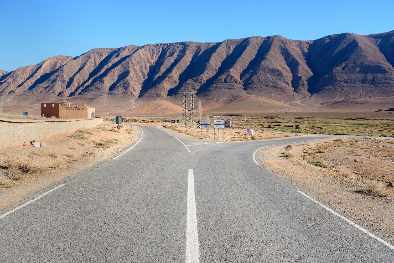 Eine Straßengabelung in Marokko. Thema: Aktientipps