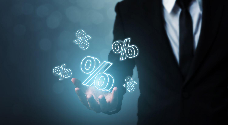 Bankier spielt mit virtuelle Zahlen und Prozenten herum. Thema: Festverzinsliche Wertpapiere