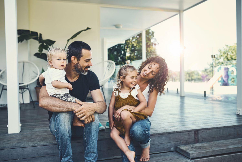Eine glückliche Familie auf ihrer Terrasse.