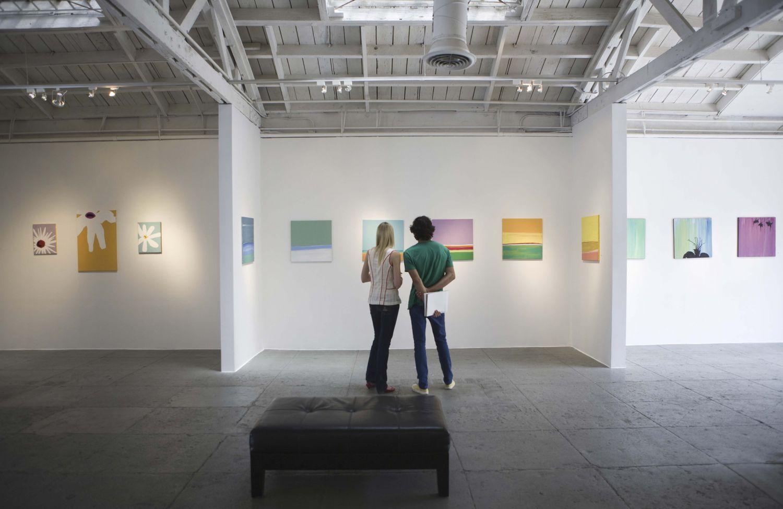Ein Paar betrachtet in einer Galerie Kunst. Sachwerte bilden eine attraktive Geldanlage