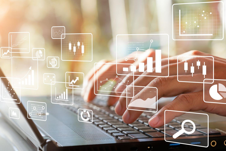 Hände auf einer Laptoptastatur. Thema: Digitalisierung im Finanzwesen